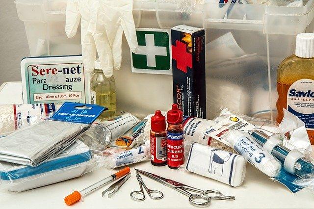 Arzneischrank mit Medizin im Medikamentenschrank